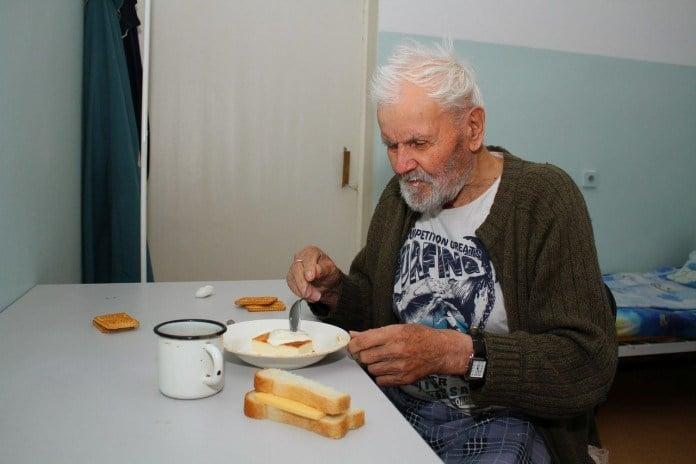 Старик умер в доме престарелых. В его вещах нашли этот трогательный стих!