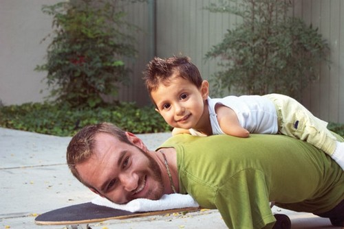 Когда мой сын плачет, обнять его я не могу! Он сам подходит и обнимает!