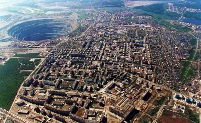 Вторая по величине алмазная шахта мира. Сейчас над ней вертолетам запрещено летать.