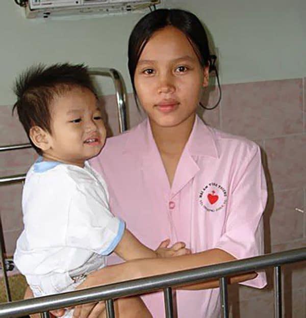 Его называют «отец Вьетнама». Он усыновил уже 100 детей!