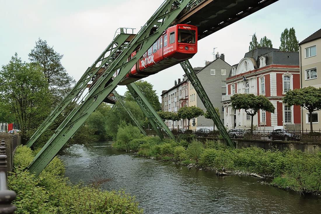 Швебебан Вупперталь - одна из старейших в мире подвесных дорог.