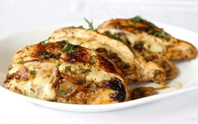Курица, фаршированная грибами и сыром. Шикарное блюдо для всей семьи!