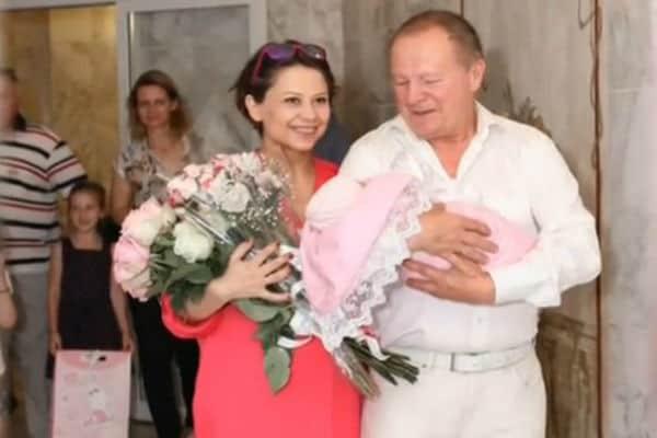 Он стал отцом первый раз в свои 70! У Бориса Галкина родилась дочь!