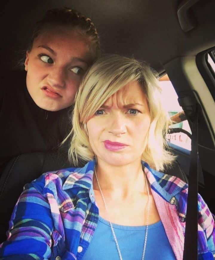 Мама случайно обнаружила в телефоне дочери то, что заставило ее смутиться.