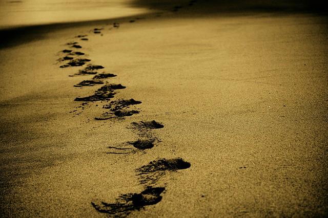 """У каждого из нас есть незримая поддержка. Мудрая притча """"Следы на песке""""."""