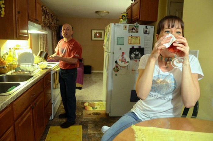 На первый взгляд перед вами обычная семья. Но вы будете очень удивлены, узнав, что скрывается за лицом жены…