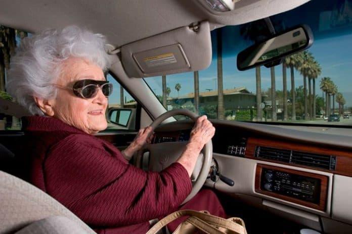 Бабушка купила наклейку на бампер, то, что произошло потом, привело ее в восторг!