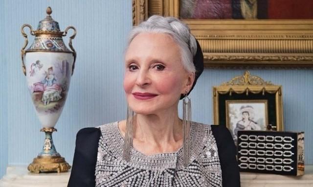 Эта старушка живет в доме престарелых, но несмотря на свои 92 года и слабое зрение, она сама делает каждый день элегантную прическу и макияж!