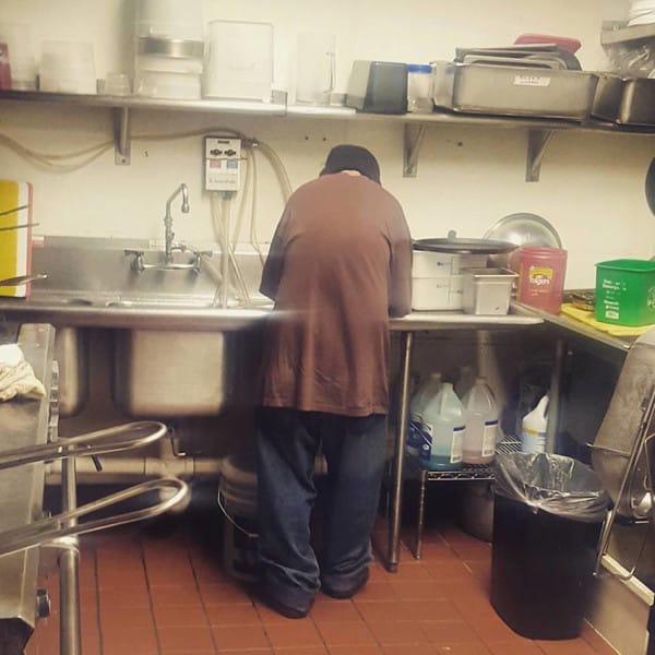 Случайная встреча с владелицей кафе кардинально изменила жизнь бездомного.