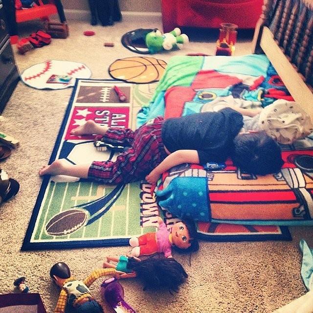 14 уморительных фото детей, которые неожиданно уснули.