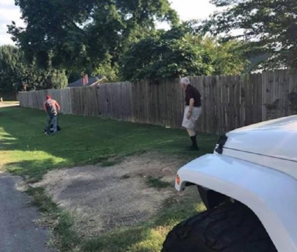 Когда этот американец увидел старика, он остановил авто и бросился к мужчине!