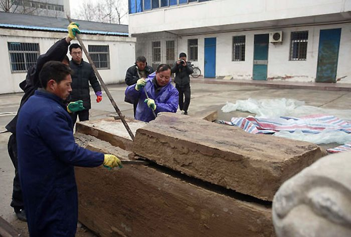 Китайские дорожники откопали огромную коробку. Открыв ее, они впали в ступор!