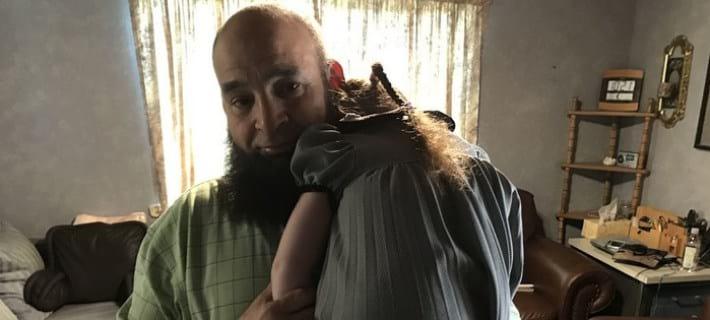 Этот мужчина берет опеку над детьми и провожает их в последний путь.