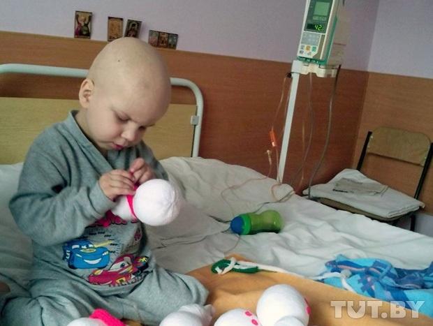 Чтобы спасти жизнь и собрать деньги на лекарства, четырёхлетний ребенок стал шить в больнице снеговичков...