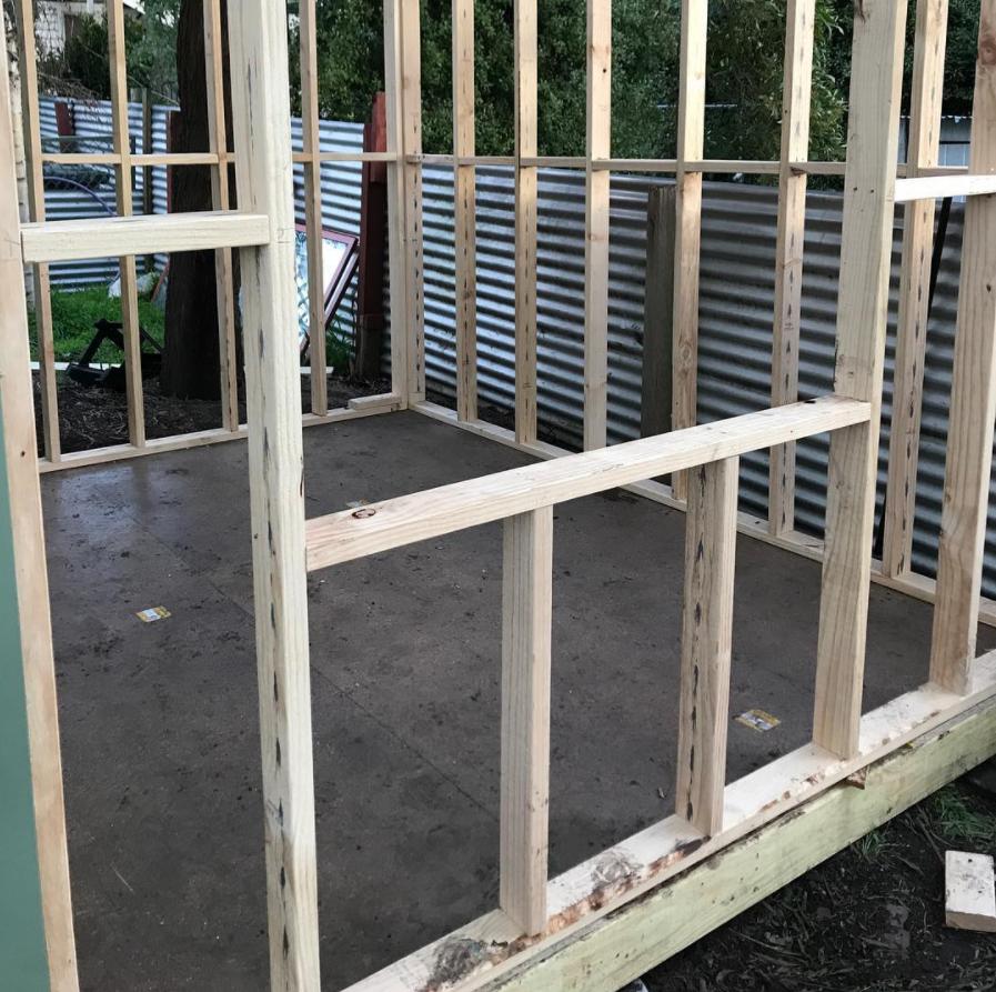 Женщина построила дом сама, оставшись без крыши над головой после развода.