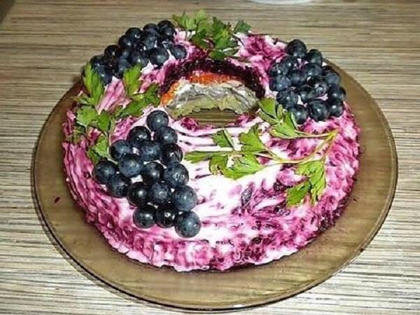 Салат «Черная гроздь» настолько красив и вкусен, что гости будут аплодировать!