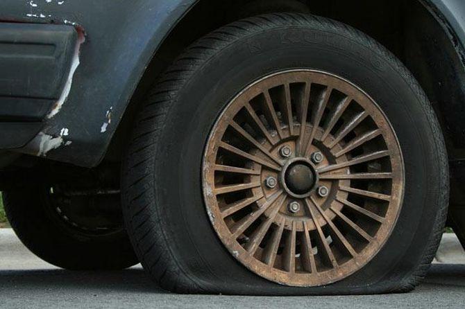 Он просто помог женщине поменять колесо... А вечером узнал что произошло в действительности.