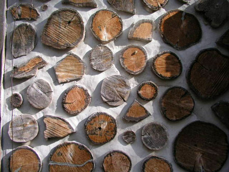 Их дом, построенный из обычных дров, получился удивительно тёплым!
