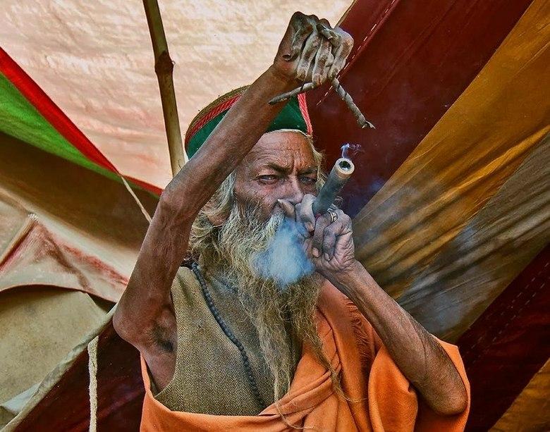 Много лет индус живёт с поднятой рукой. Причина - поразительна!