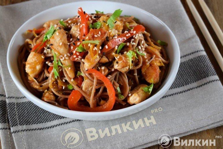 Вкусный рецепт: гречневая соба с курицей и грибами!
