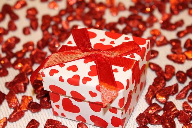 Что подарить девушке на День рождения? 10 оригинальных идей!